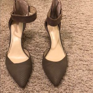 Calvin Klein Pointed Toe Heels Olive Size 9